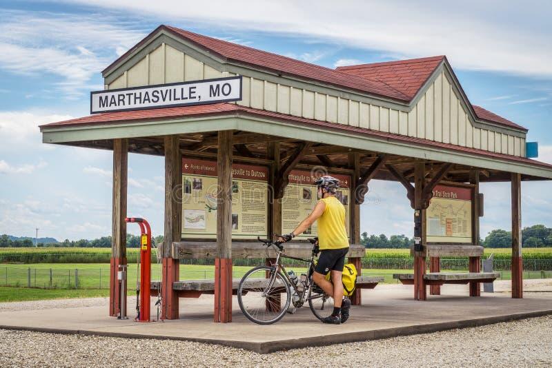 游览浅田足迹的骑自行车者在密苏里 库存图片