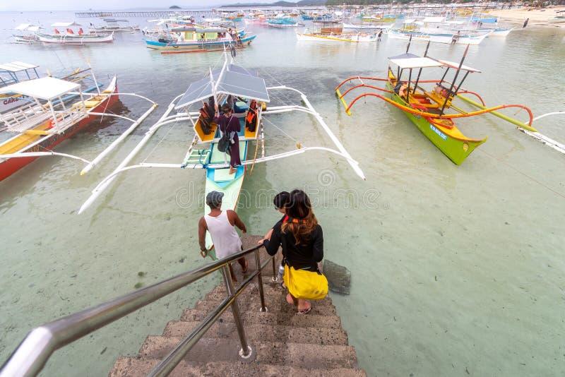 游览的小船的游人在将军月口岸,锡亚高岛,菲律宾,2019年4月29日 库存照片