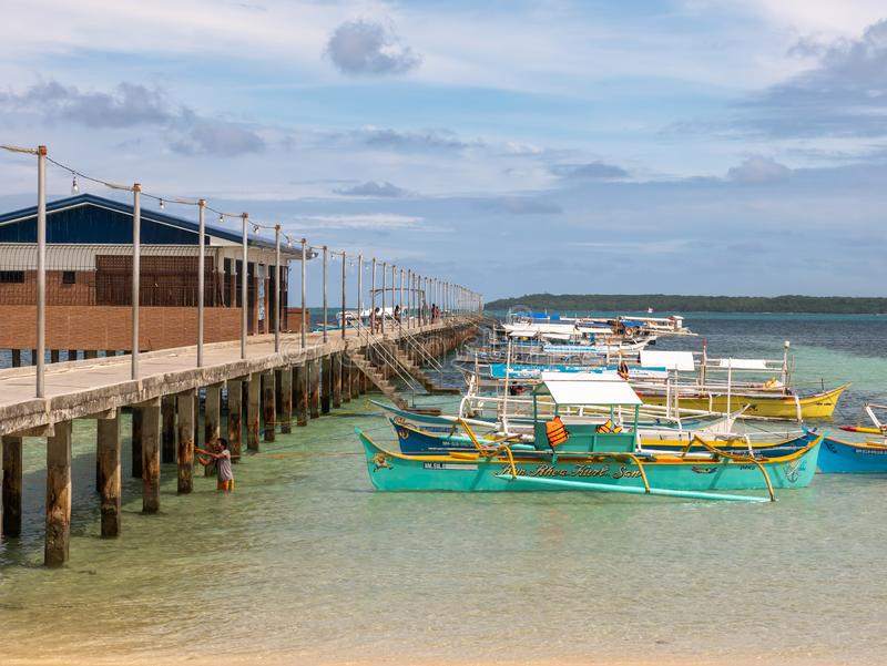 游览的小船等待的游人在月将军口岸,锡亚高岛,菲律宾,2019年4月27日 库存照片