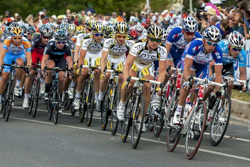 从游览的行动下来下作为骑自行车者沿Rundle街赛跑在阿德莱德在南澳大利亚 免版税库存照片