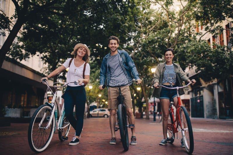 游览自行车的青年人城市 图库摄影
