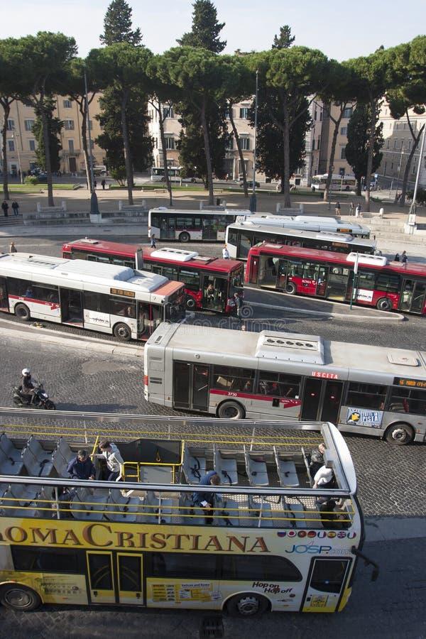 游览车、都市公共汽车和本市通话业务在罗马 免版税库存照片
