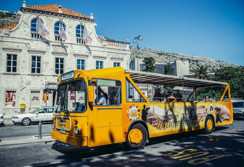 Download 游览车在杜布罗夫尼克 编辑类照片. 图片 包括有 公共汽车, 旅行, 旅游业, 达尔马提亚, 城市, 摄影 - 72368346