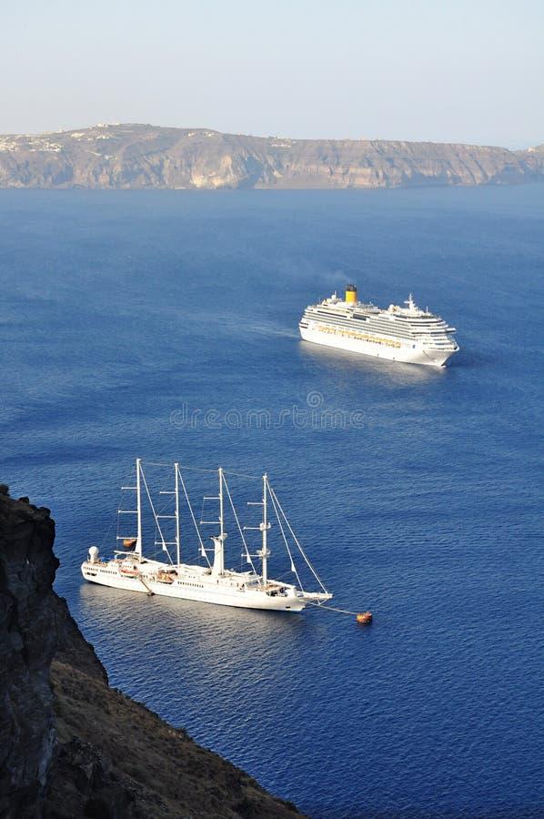 游轮在从希腊海岛的圣托里尼,鸟瞰图 免版税图库摄影