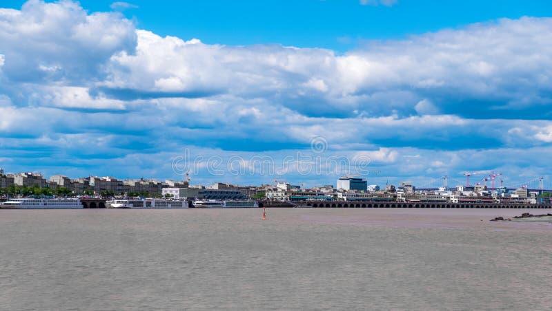 游轮在加龙河河港口在红葡萄酒,吉伦特省,阿基旃,法国 免版税图库摄影