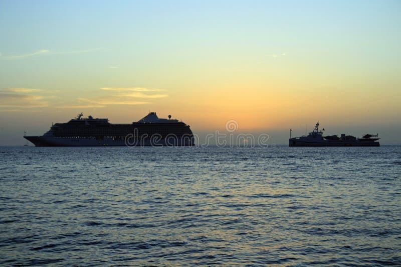 游轮在日落的爱琴海 免版税图库摄影