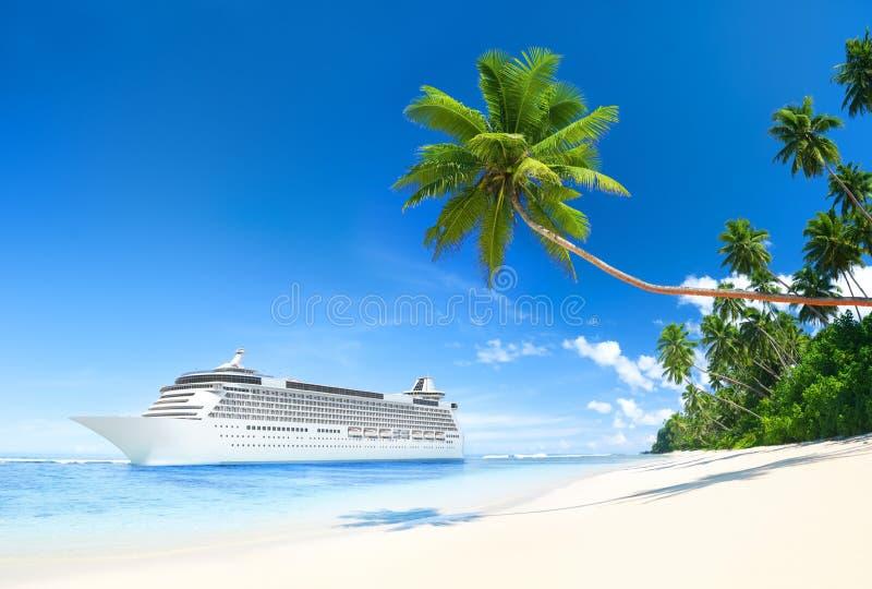 游轮在热带水域中 库存图片