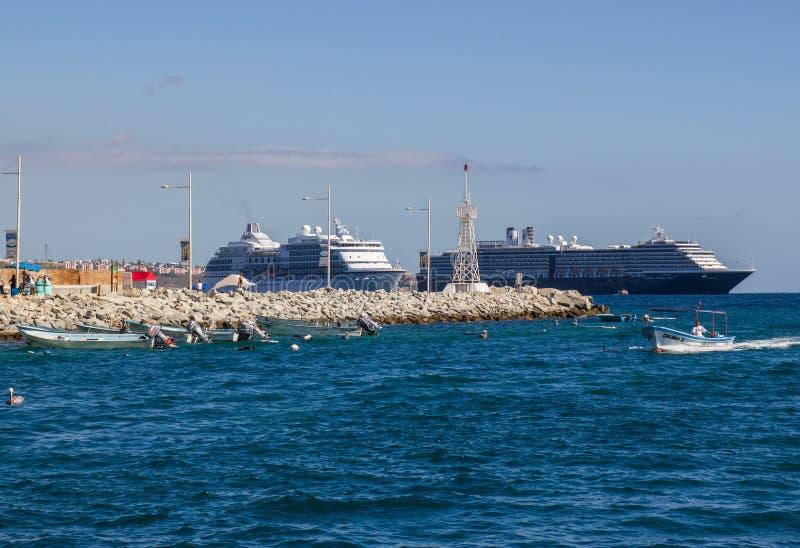 游轮在离Cabo的附近海岸  免版税库存图片