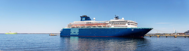 游轮在Vanasadam塔林港口靠码头的Pullmantur巡航舰队的MV天顶在爱沙尼亚 图库摄影