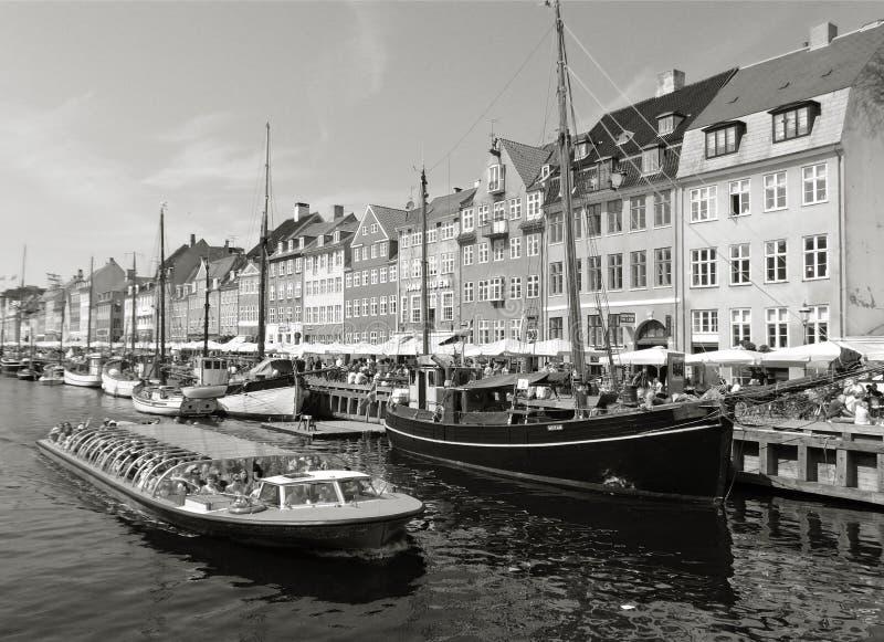 游轮的单调图象与许多人的Nyhavn运河的在哥本哈根,丹麦 免版税库存照片