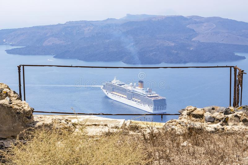 游轮美好的自然框架在离圣托里尼的附近,希腊海岸  库存照片