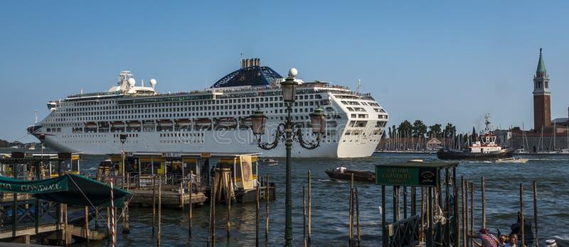 游轮航行通过Giudecca运河在威尼斯,意大利 免版税库存照片