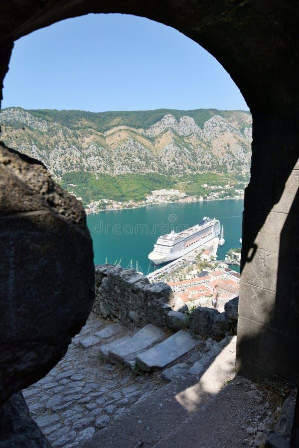 游轮被停泊在码头 从圣约翰城堡的看法 科托尔 黑山 免版税图库摄影