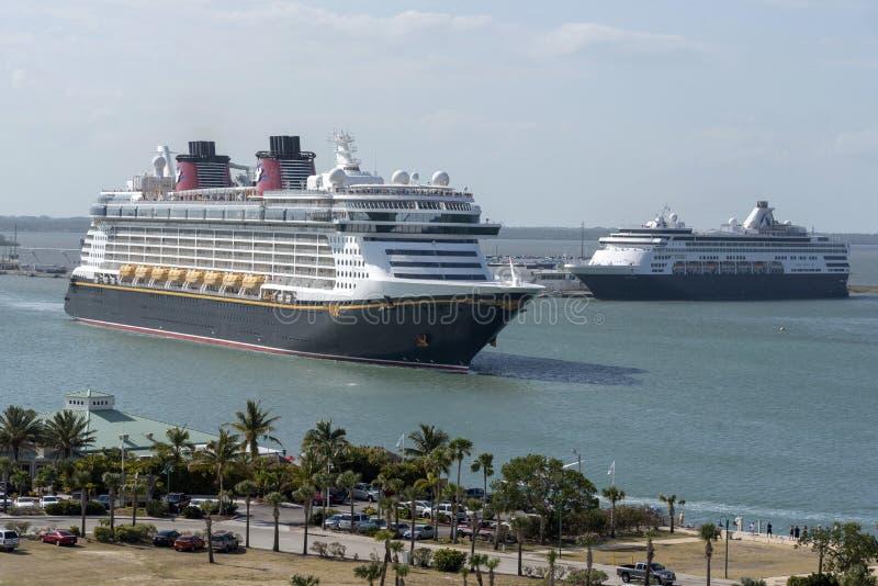 游轮进行中 港卡纳维拉尔,佛罗里达,美国 库存照片