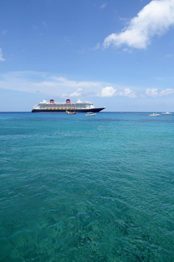 游轮迪士尼幻想号停住了在离岸的附近在大开曼,开曼群岛 免版税库存图片