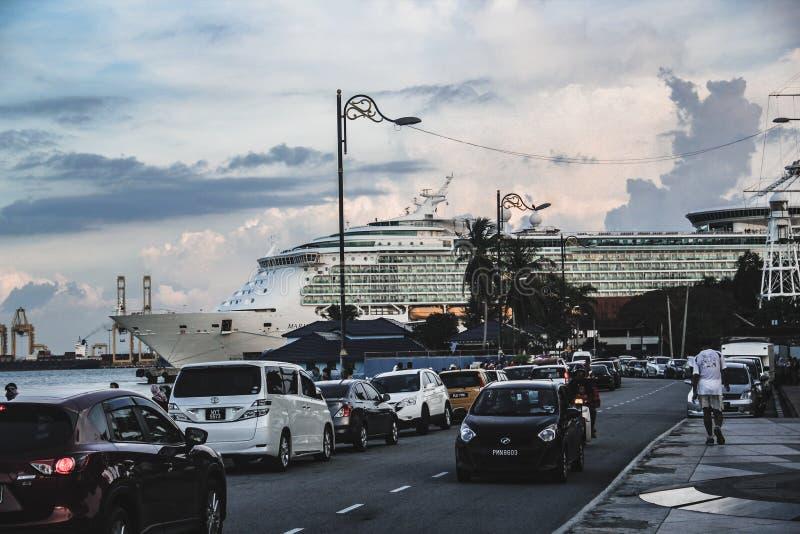 游轮靠了码头在一个口岸在槟榔岛,马来西亚 免版税库存图片