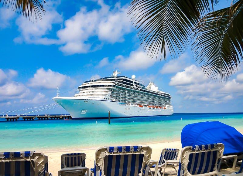 游轮靠码头在加勒比海滩 免版税库存图片