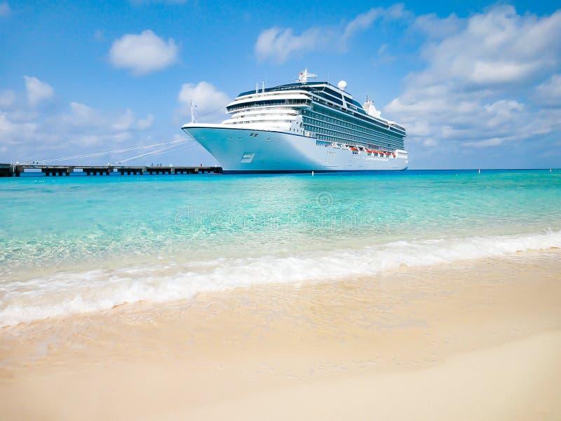 游轮靠码头在热带海滩 库存照片