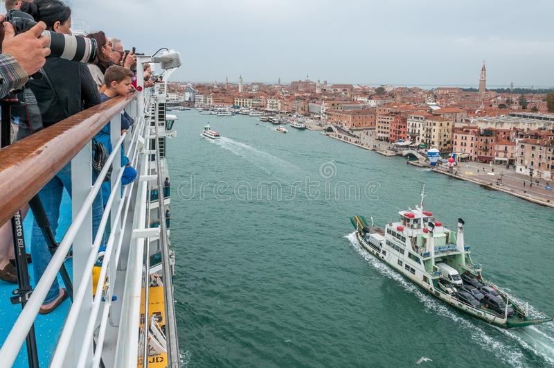 游轮顶面桨与重创乘客观察威尼斯和的运河的 免版税库存图片