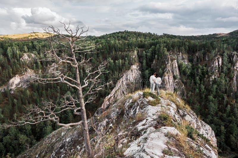 游遍美丽的山的人和女孩 免版税库存图片