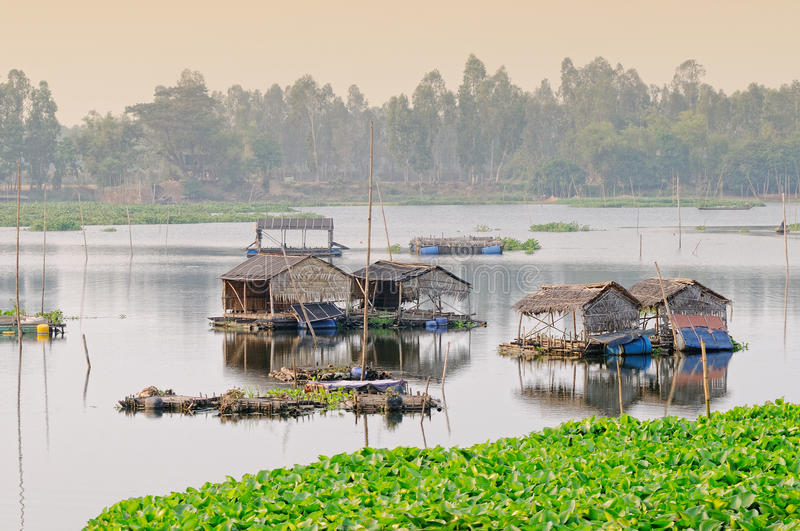 湄公河三角洲的浮动房子在Angiang,越南 免版税库存图片