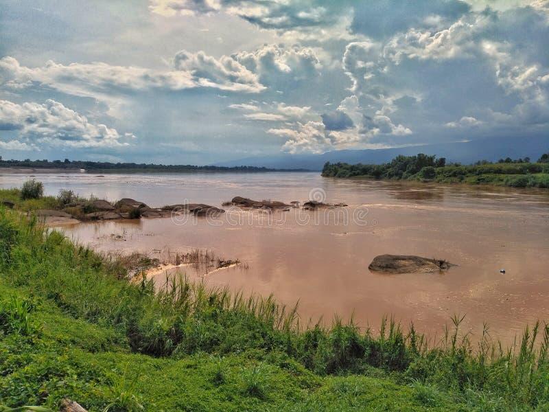 湄公河的肚脐有天空的在泰国的汶干府 库存图片