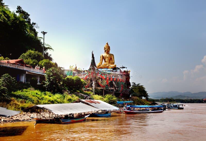 湄公河的金黄菩萨,贿赂Ruak,泰国 华美的亚洲风景 免版税库存照片