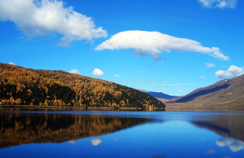 湖、云彩和天空 免版税库存图片