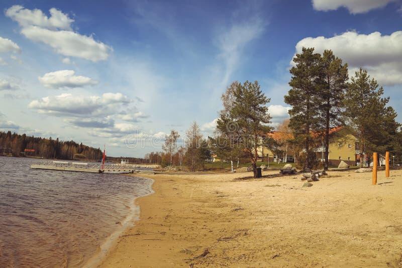 湖、房子、桦树和森林芬兰风景的美丽的景色 湖和谷 卡累利阿的夏天视图 库存图片