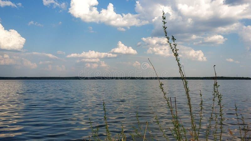 湖、清楚的天空和云彩 俄罗斯的本质 r 库存图片