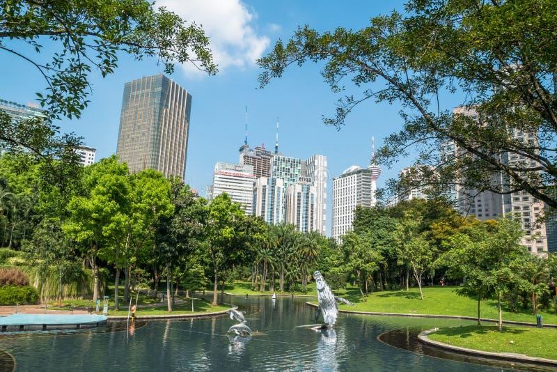 湖交响乐在KLCC公园,在双峰塔,吉隆坡马来西亚附近 库存照片
