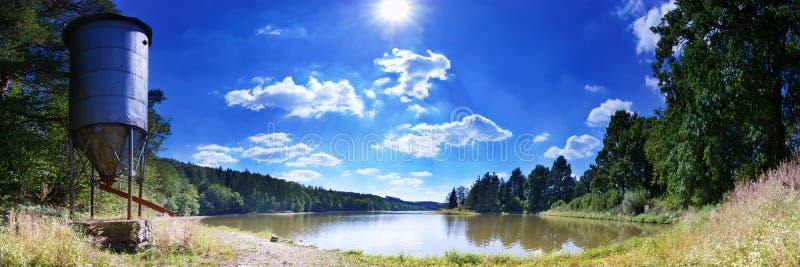湖全景在中午 库存图片