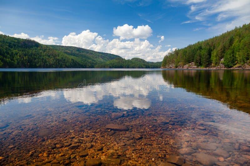 湖兰根泰勒马克郡挪威透明的水  免版税库存照片