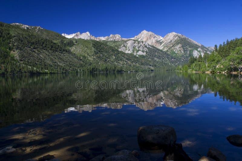 湖内华达山脉孪生 库存图片