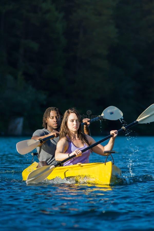 湖划皮船的夫妇 库存图片