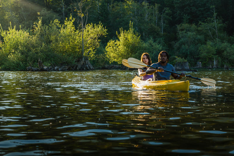 湖划皮船的夫妇 图库摄影