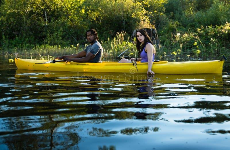 湖划皮船的夫妇 免版税库存图片