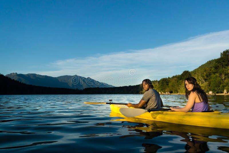 湖划皮船的夫妇 库存照片
