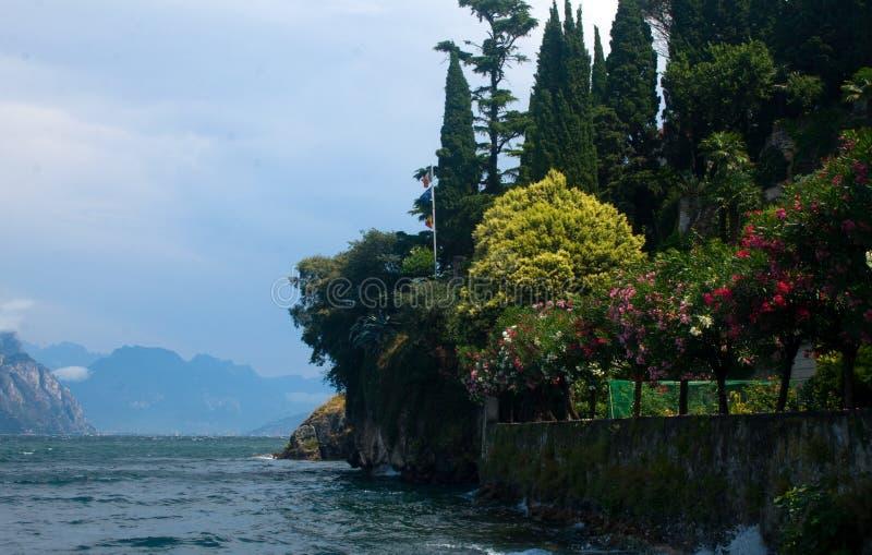 Download 湖加尔达 库存照片. 图片 包括有 乡下, 小山, 本质, 假期, 平静, 横向, 沉寂, 风景, 影子 - 30326560