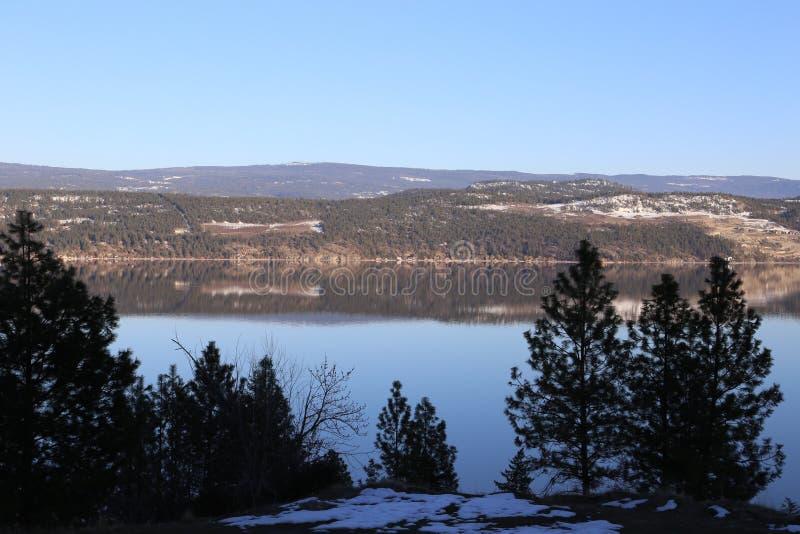 湖反射与反射的山、湖或者森林题材 库存照片
