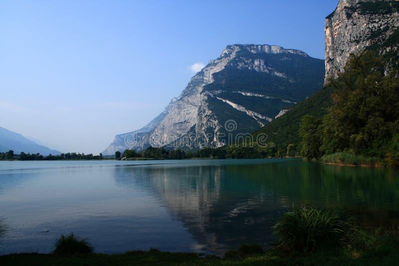 Download 湖反映 库存照片. 图片 包括有 蓝色, 反映, 绿色, 横向, 森林, 天空, 结构树 - 22358106