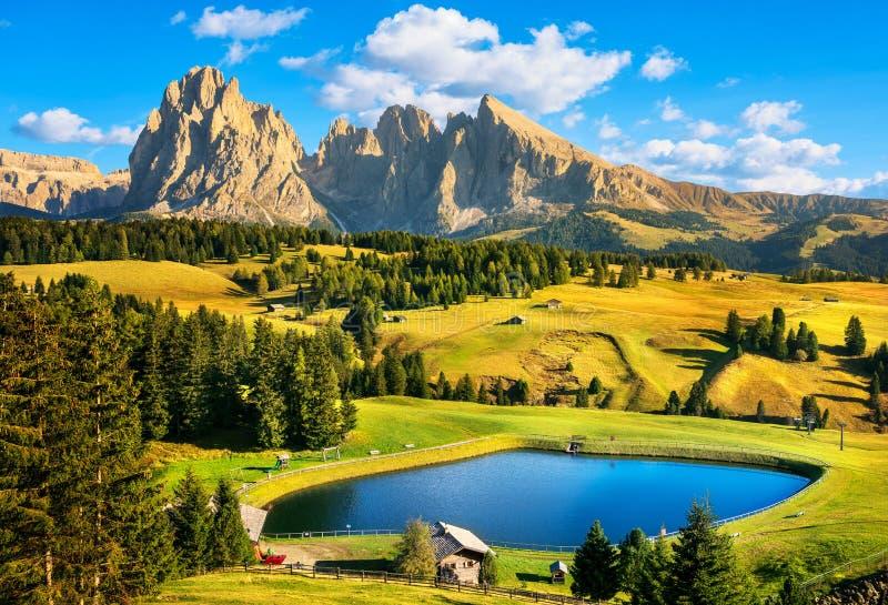 湖和山、Alpe di Siusi或Seiser Alm,白云岩阿尔卑斯, 免版税库存图片