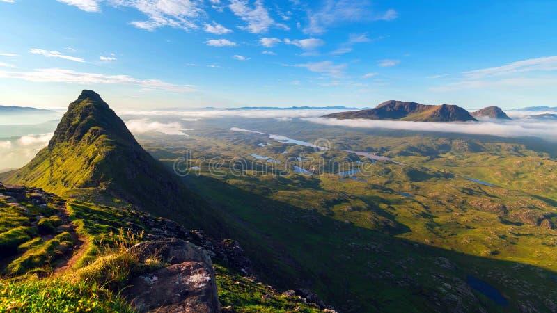 湖和山的风景看法在苏格兰高地,苏格兰,英国 库存照片