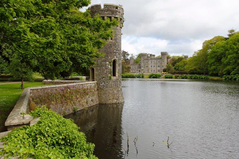 湖和庭院Johnstown爱尔兰城堡的  免版税库存图片