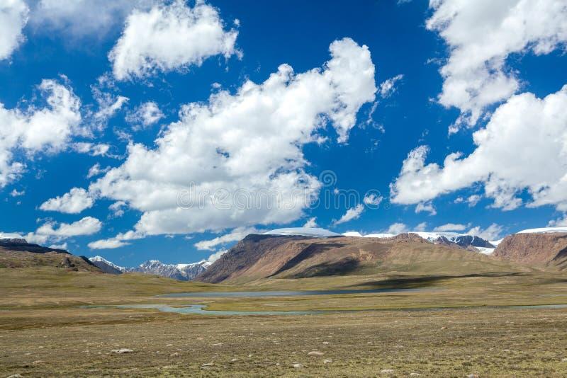 湖和河Arabel-Suu在Kirghizia 免版税库存照片