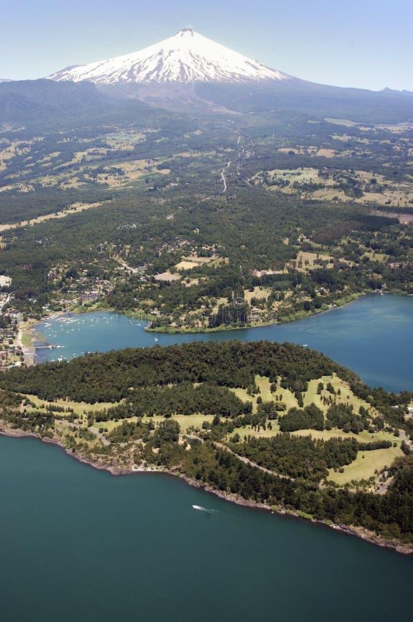湖和火山维利亚里卡火山,智利 免版税库存照片