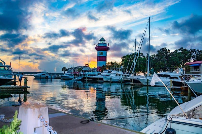 湖和灯塔的美丽的景色在日落 库存照片