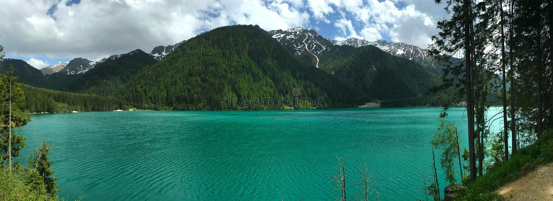 湖和白云岩的山峰和岩石的看法在意大利在奥龙佐迪卡多雷在阴云密布下的蒂罗尔 免版税库存图片