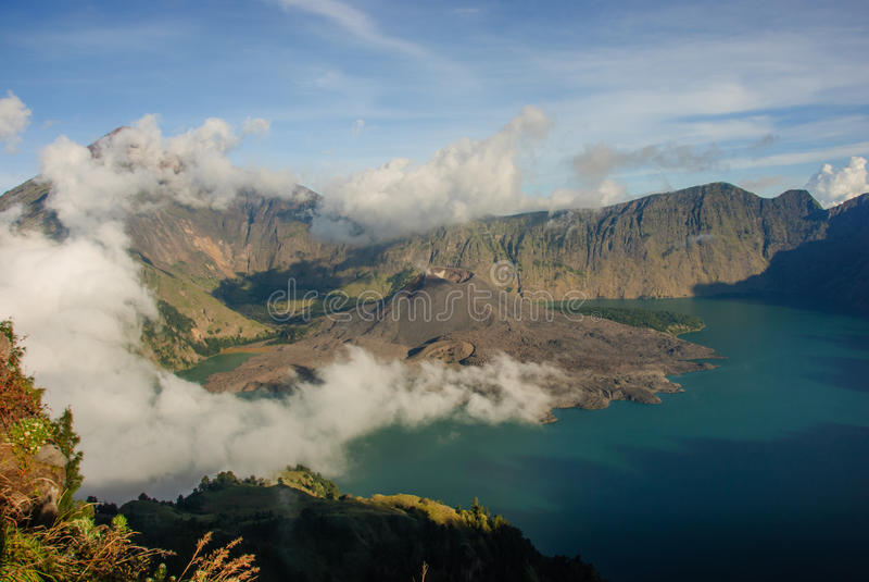 湖和破火山口 免版税库存图片