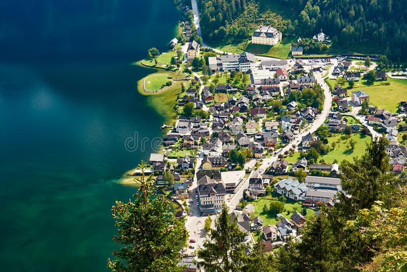 湖和Hallstatt的顶视图在阿尔卑斯的脚 免版税库存图片